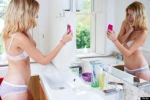 Sexting: uma garota em lingerie que faz um selfie